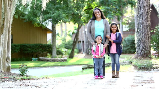 vídeos de stock e filmes b-roll de hispanic mother and daughters ready for school - full length