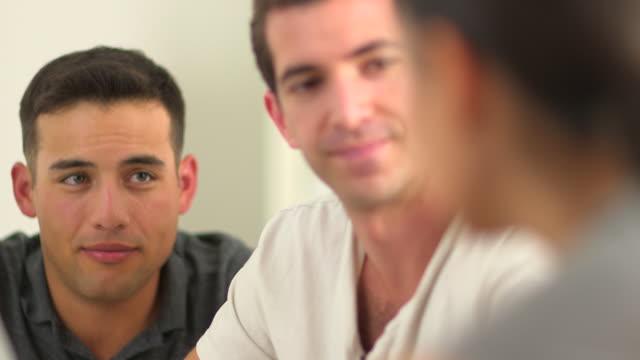 vídeos de stock, filmes e b-roll de hispanic office worker with team mates - olhos verdes