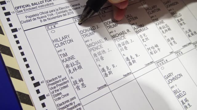 vídeos de stock e filmes b-roll de hispanic woman fills out a general election us presidential election ballot / upper west side ps 163 west 96th street / manhattan new york city usa /... - boletim de voto