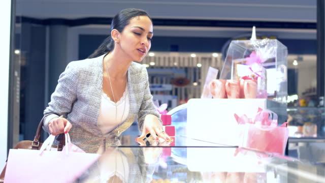 hispanic woman shopping in pastry shop - entrata video stock e b–roll