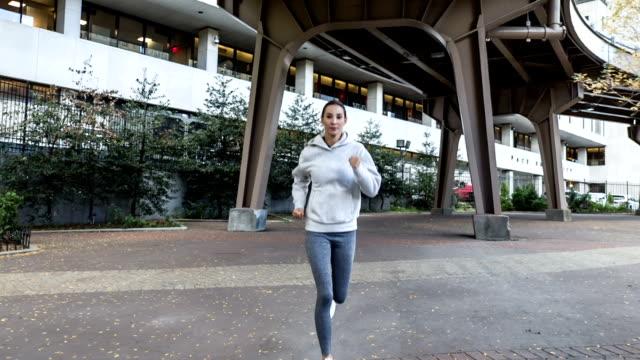 vídeos de stock, filmes e b-roll de mulher nova latino-americano que funciona em new york - calções de corrida
