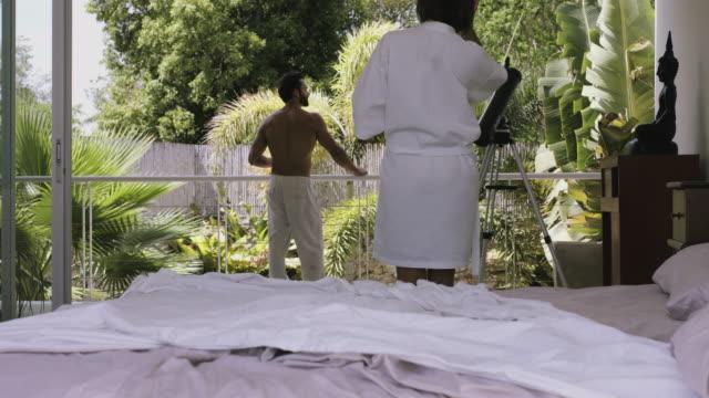 vídeos y material grabado en eventos de stock de hispanic/latin couple in bedroom at home - mérida méxico