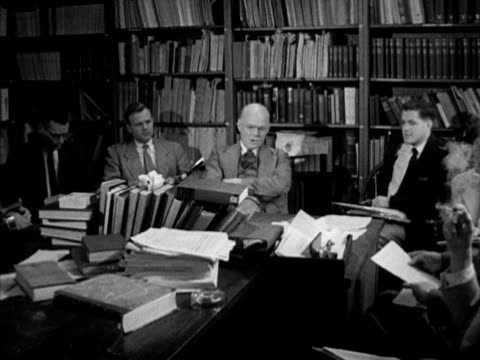 historian yale university history professor samuel flagg bemis sitting in library w/ yale students talking about american foreign policies lecture - yale universität stock-videos und b-roll-filmmaterial