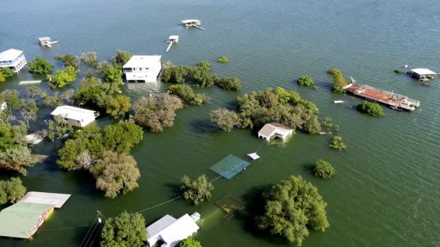 上記の水と浸水の家の歴史的なオースティン洪水 - ダメージ点の映像素材/bロール