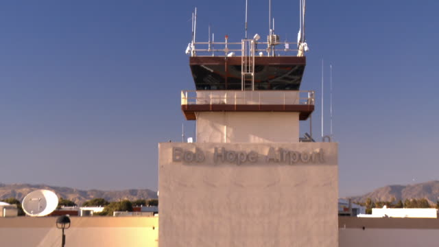 ws zo historic bob hope airport main terminal building serving burbank and san fernando valley / burbank, california, usa - burbank stock-videos und b-roll-filmmaterial