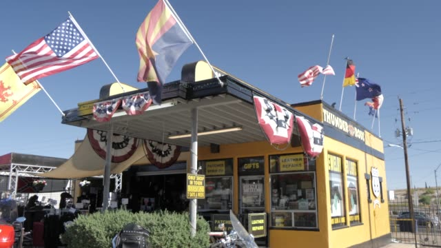 vidéos et rushes de historic building and store at kingman, route 66, arizona, united states of america, north america - route 66