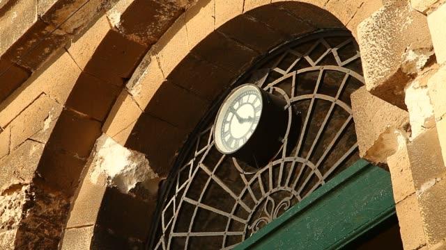 vídeos de stock e filmes b-roll de historic building in malta - declínio
