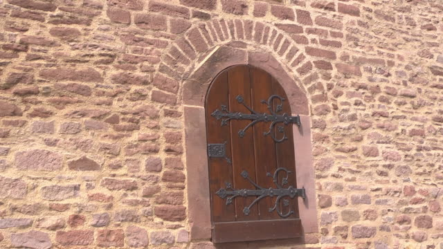 historic door of the lutherhaus / luther house - 宗教的指導者 マルティン・ルター点の映像素材/bロール