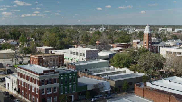 vídeos de stock, filmes e b-roll de historic downtown of bainbridge, georgia - aerial - localidade pequena