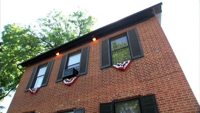 stockvideo's en b-roll-footage met historic farnsworth house inn & restaurant on baltimore street. pa, american civil war - gettysburg