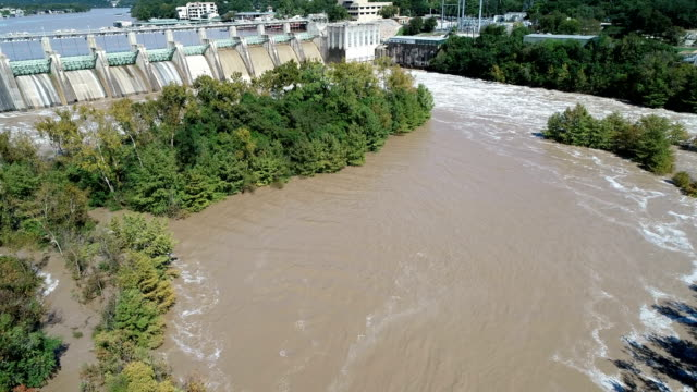 vídeos de stock e filmes b-roll de historic flooding in austin , dam releases flood waters - town