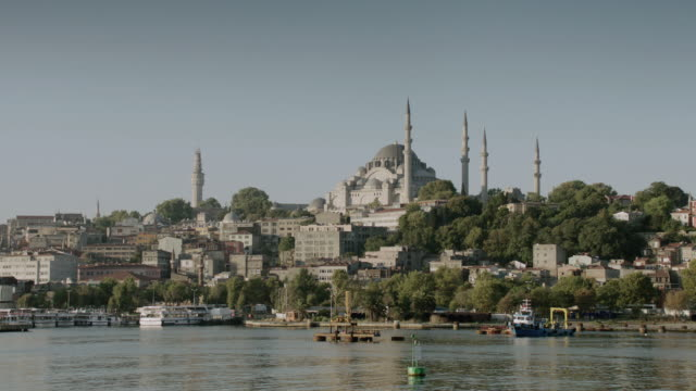 stockvideo's en b-roll-footage met ws historic mosque overlooking a harbor along the bosphorus strait / istanbul, turkey - torenspits