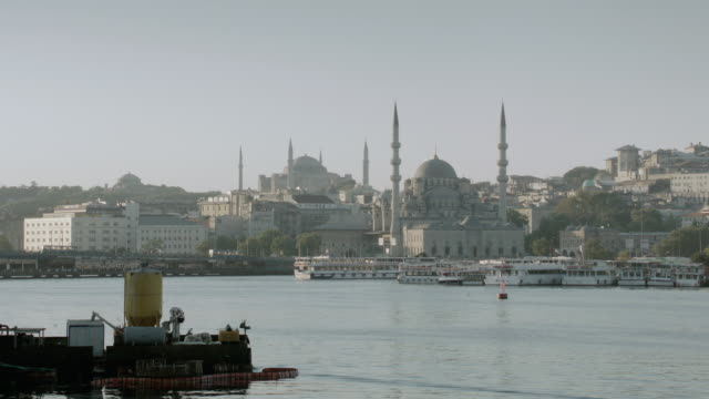 vidéos et rushes de la historic mosques overlooking ferries and boats traveling through the bosphorus strait / istanbul, turkey - aller tranquillement