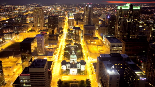 ws t/l historic old courthouse and downtown of st louis at night / st louis, missouri, usa   - ミズーリ州 セントルイス点の映像素材/bロール