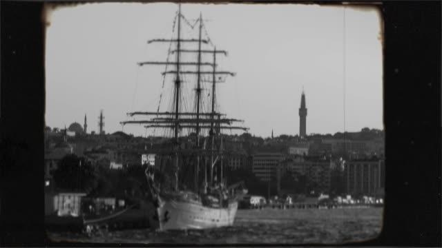 vídeos y material grabado en eventos de stock de histórica antigua fragata de vela en el bósforo, estambul. metraje nostálgico de 8 mm de edad. - anticuario anticuado