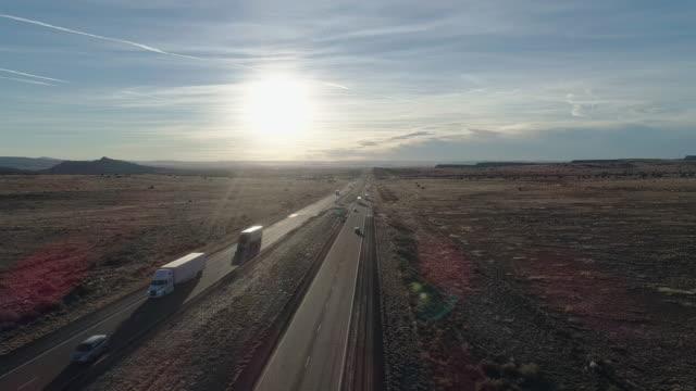 vídeos y material grabado en eventos de stock de ruta histórica 66 - carretera moderna 40 - cerca en un desierto cerca de laguna, no muy lejos de albuquerque, nuevo méxico. vídeo aéreo de drones con la cámara estática. - carretera principal
