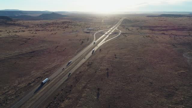 vidéos et rushes de route historique 66 - route moderne 40 - près dans un désert près de laguna, non loin d'albuquerque, nouveau-mexique. vidéo de drone aérien avec le mouvement panoramique de la caméra - route 66