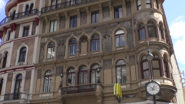 historic tenement in vienna - erkerfenster stock-videos und b-roll-filmmaterial