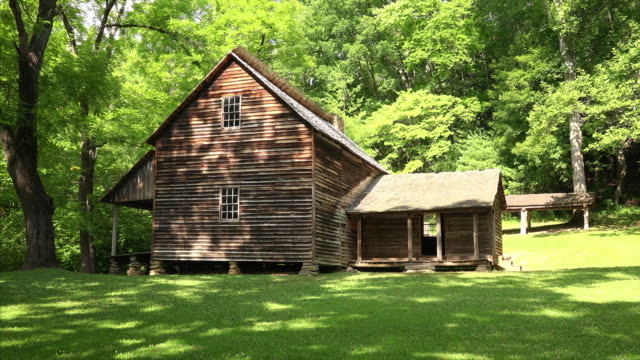 historic tipton house in cades cove in great smoky mountains national park, tennessee - 山小屋点の映像素材/bロール