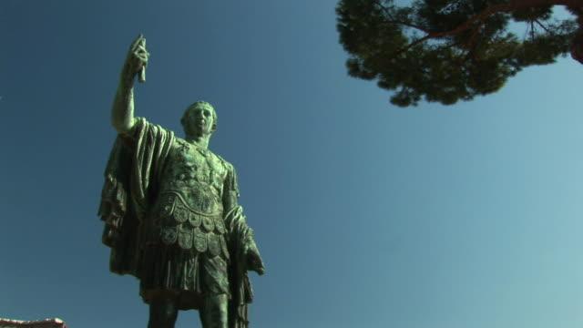 stockvideo's en b-roll-footage met zi historical bronze statue of emperor / rome, lazio, italy - breedbeeldformaat