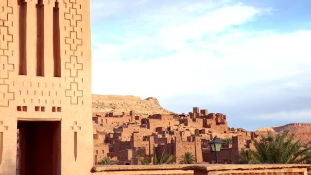 vídeos y material grabado en eventos de stock de complejo histórico de aït benhaddou. vieja aldea de ladrillo en el desierto. cerca de las paredes - oasis desierto