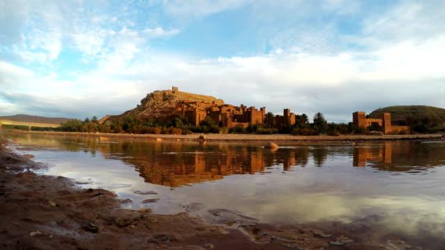 vídeos y material grabado en eventos de stock de complejo histórico de aït benhaddou reflejando en el agua - oasis desierto