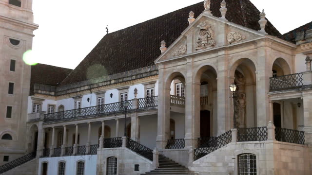 storica università europea: universidade de coimbra - colonna architettonica video stock e b–roll