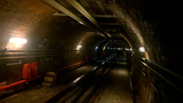 hd : ヒストリカル karakoy -ベイオールトンネル - 地下鉄電車点の映像素材/bロール