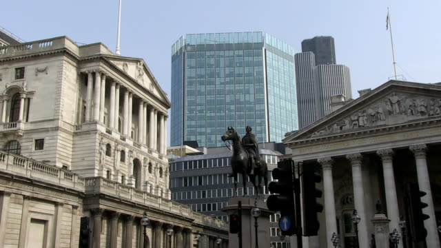 ms historical monument between of bank of england and royal exchange / london, england, great britain  - figura maschile video stock e b–roll