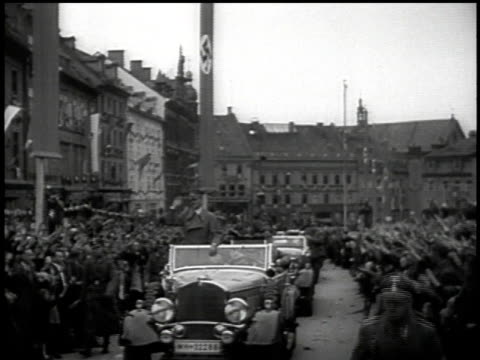 vídeos de stock, filmes e b-roll de hitler stands in motorcade saluting throngs of cheering people in streets / sudetenland czechoslovakia - wehrmacht