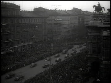 vidéos et rushes de hitler's motorcade arriving in vienna and thousands of people line the streets cheering and waving / austria - autriche