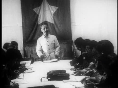 stockvideo's en b-roll-footage met ho chi minh meets with his commanders around a table - strohoed