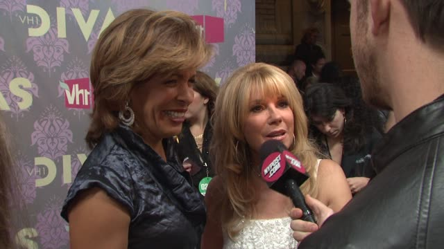 stockvideo's en b-roll-footage met hoda kotb and kathy lee gifford at the 2009 vh1 divas red carpet at new york ny - vh1