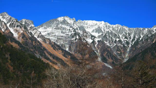 vídeos y material grabado en eventos de stock de hodaka montañas de kamikochi en otoño - nevosa