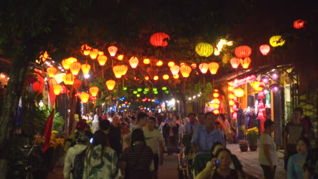 stockvideo's en b-roll-footage met hoi an street at night. beautiful atmosphere with illuminated chinese lantern. vietnam city unesco world heritage - oude stad
