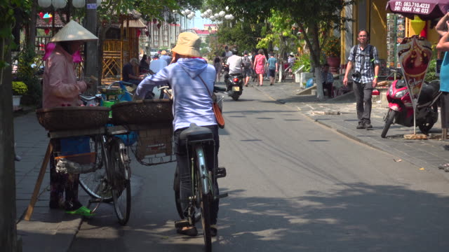 vídeos de stock, filmes e b-roll de hoi an vietnam. iconic image of woman selling vegetables from a bike with - newly industrialized country