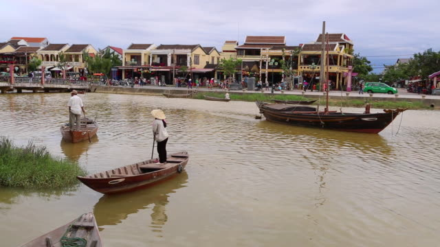 hoi an, woman with conical hat, rowing on thu bon river - ダナン点の映像素材/bロール