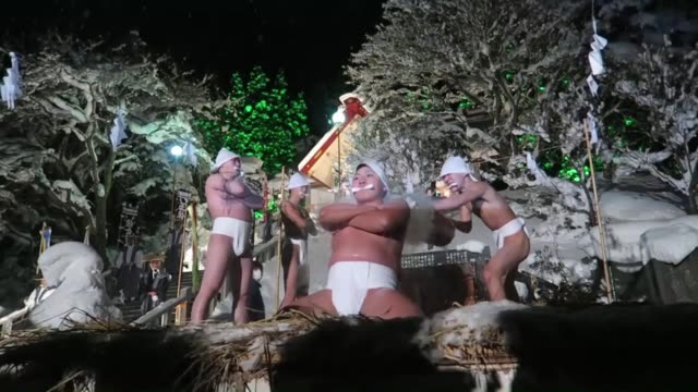 four nearly naked men aged 15 to 25 splash cold water over each other in temperatures of minus 5 c and snow during a shinto ritual dating back to... - cerimonia tradizionale video stock e b–roll