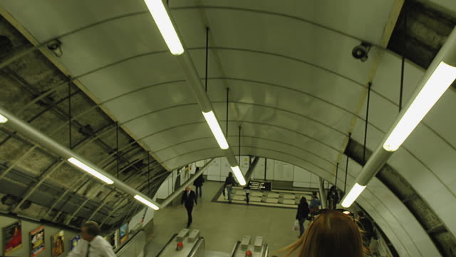stockvideo's en b-roll-footage met t/l pov holborn underground tube station, london, england - perron