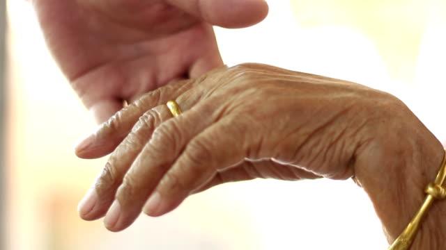 stockvideo's en b-roll-footage met hold elder hand - poreus