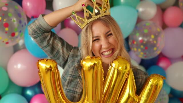 vídeos y material grabado en eventos de stock de agárrate a tu sonrisa y difunde la felicidad - globo de helio