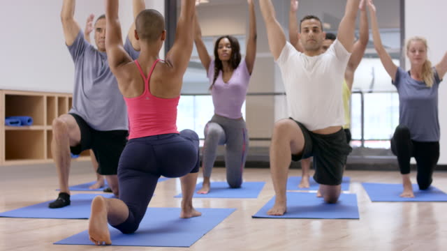 vídeos de stock, filmes e b-roll de segurando um lunge na aula de fitness - boa postura