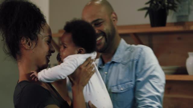 vídeos de stock e filmes b-roll de holding baby girl - 6 11 meses