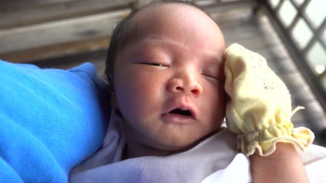 vídeos y material grabado en eventos de stock de sosteniendo al bebé - recién nacido 0 1 mes