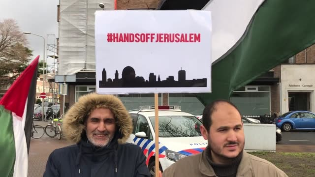 "holding banners reading take your hands off jerusalem"" ""jerusalem is the capital of palestine"" and ""no we are not giving you jerusalem some hundreds... - the hague 個影片檔及 b 捲影像"