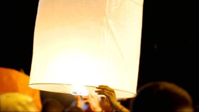 vídeos de stock e filmes b-roll de holding floating lantern in traditional yi peng festival, chiang mai province, thailand - lanterna de papel