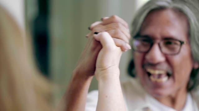 an hand der älteres paar - armdrücken stock-videos und b-roll-filmmaterial