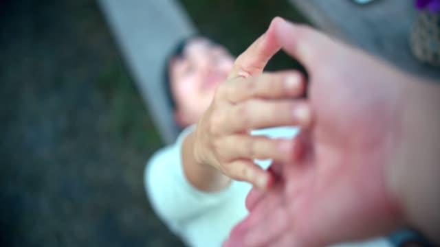 vídeos y material grabado en eventos de stock de pov: sosteniendo la mano - liberar