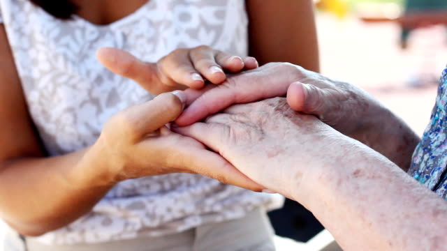 vídeos y material grabado en eventos de stock de agarrar de la mano - cuidador en el hogar