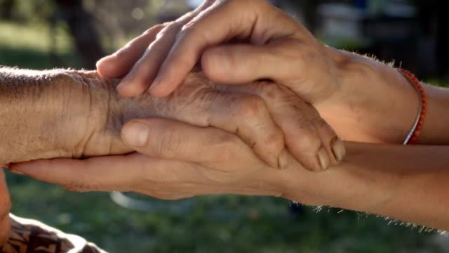 vídeos de stock, filmes e b-roll de segurando as mãos - tocar
